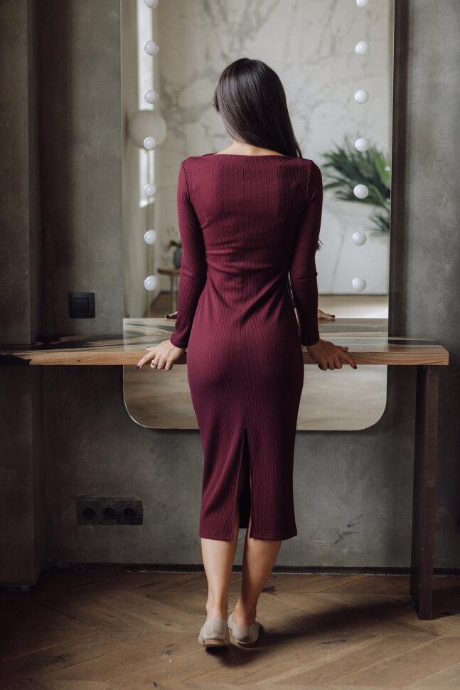 Платье-футляр с разрезом по спинке, бордо