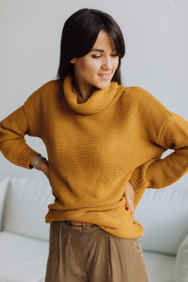 Вязаный свитер с горлом, карри