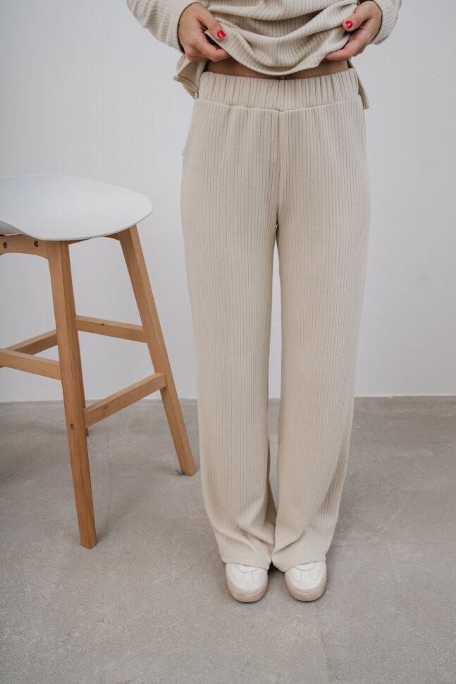 Костюм трикотажный с прямыми брюками, молочный
